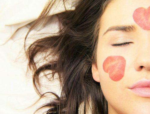 menjaga bibir tetap lembap