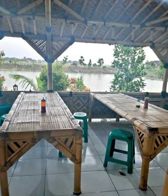 tempat makan dari bambu
