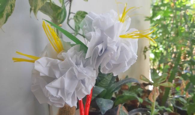 membuat bunga plastik dengan daur ulang sampah plastik